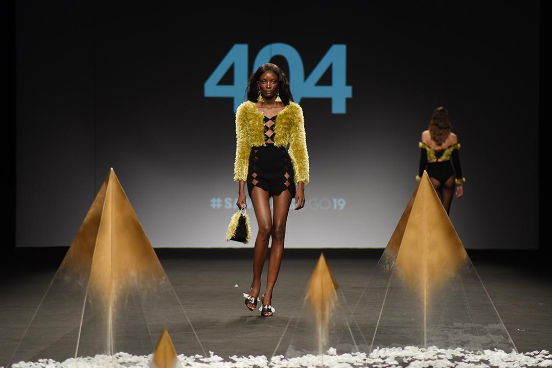 Djena desfilando para 404Studio durante Smasung EGO. Foto: Patricia Blas.