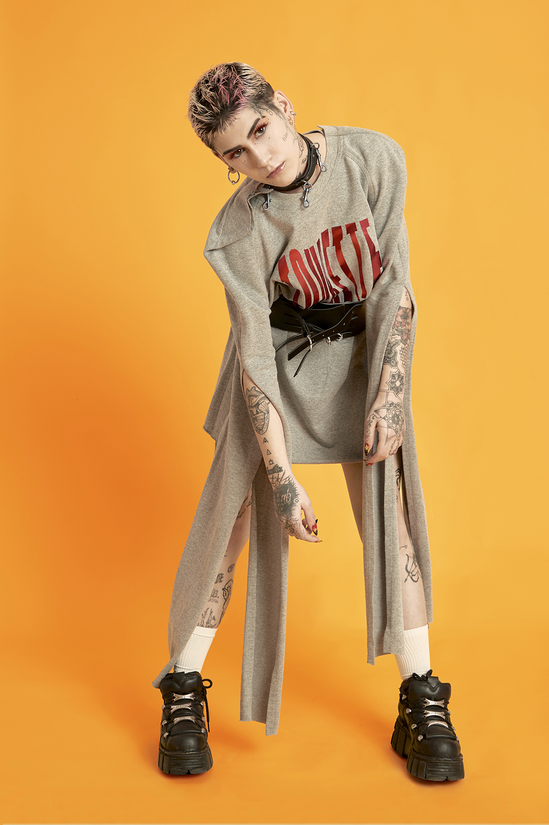 Vestido BRAIN & BEAST / cinturón STRADIVARIUS / calcetines TUSET / botas NEW ROCK
